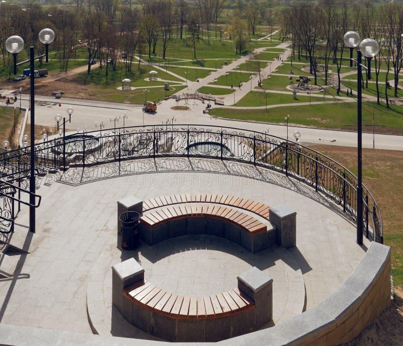MOGILEV VITRYSSLAND - APRIL 27, 2019: parkera omr?de med en trappuppg?ng och en springbrunn royaltyfri foto