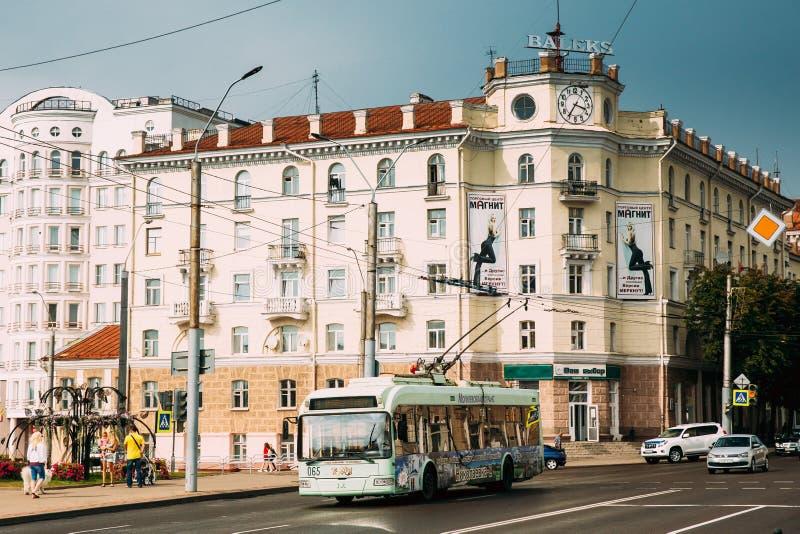 Mogilev Vitryssland Stadstrådbuss som på flyttar den Pervomayskaya gatan royaltyfria bilder