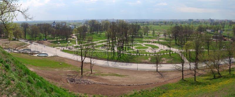 MOGILEV, WIT-RUSLAND - APRIL 27, 2019: parkgebied met een trap en een fontein stock foto