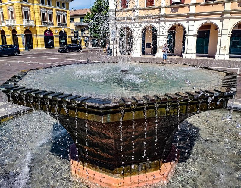Mogliano венето, деталь фонтана в квадрате около ратуши стоковое фото rf