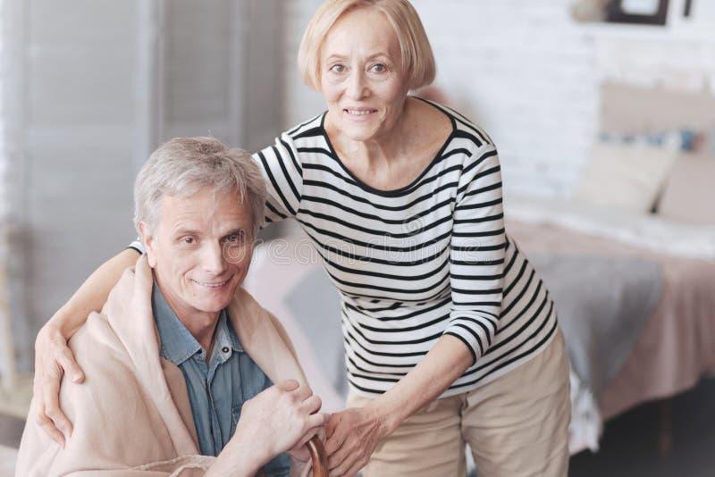 Moglie senior tenera che prende cura del suo marito amoroso immagini stock libere da diritti