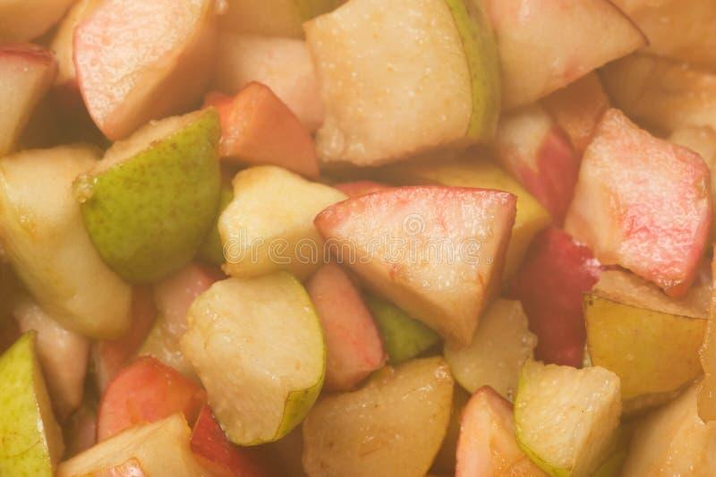 Mogna äpplen och päron som lagas mat i sockersirap Process av att göra j royaltyfria foton