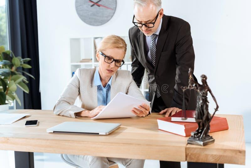 Mogna advokater med skrivbordsarbete royaltyfri fotografi