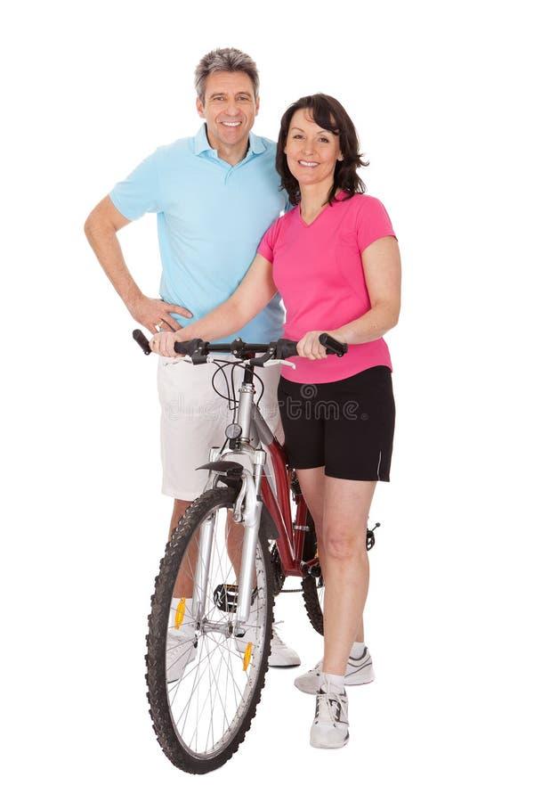 Mogna aktiva par som gör sportar royaltyfria bilder