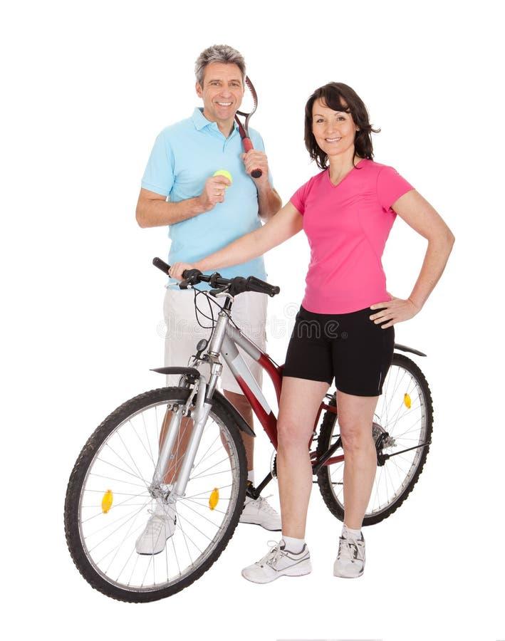 Mogna aktiva par som gör sportar royaltyfria foton