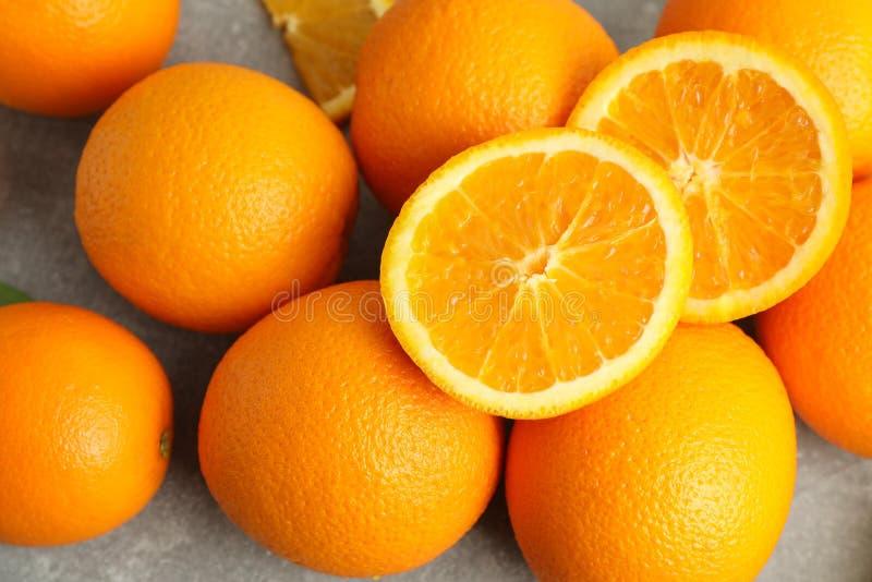 Mogna apelsiner på den gråa tabellen, closeup arkivfoton