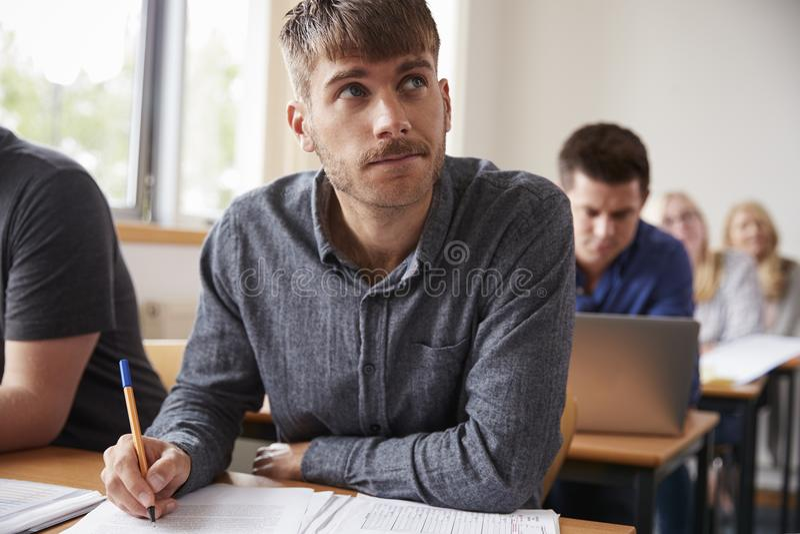 Mogna Attending Adult Education för den manliga studenten grupp arkivfoton