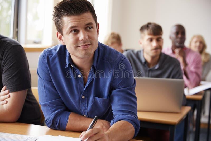 Mogna Attending Adult Education för den manliga studenten grupp fotografering för bildbyråer