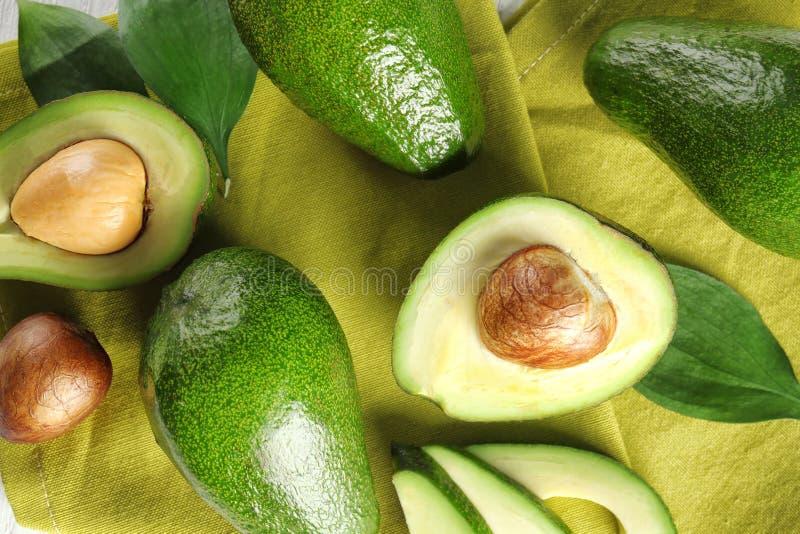 Mogna avokadon på färgtyg, bästa sikt arkivfoton