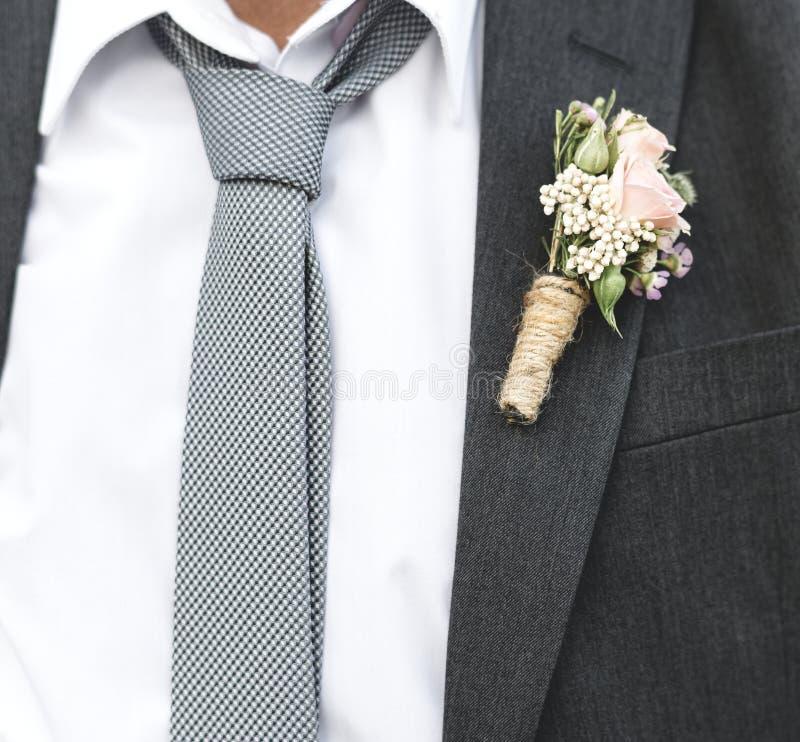 Mogna brudgummen som får att gifta sig på stranden arkivbilder