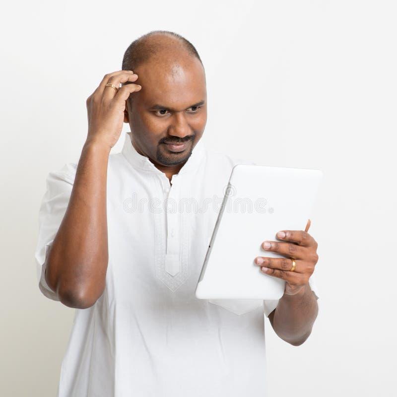 Mogna den indiska mannen för den tillfälliga affären som använder PC och att skrapa för minnestavla arkivbild