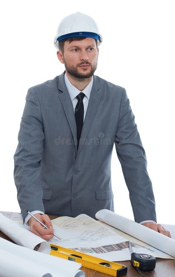 Mogna den manliga arkitekten som tänker, medan arbeta på en ritning arkivfoto