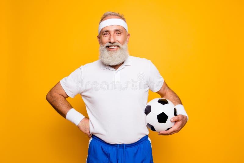 Mogna den moderna kalla gråa haired roliga competetive pensionären, ledning fotografering för bildbyråer