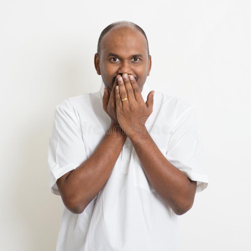 Mogna den tillfälliga täckte munnen för affären indiska mannen arkivfoto
