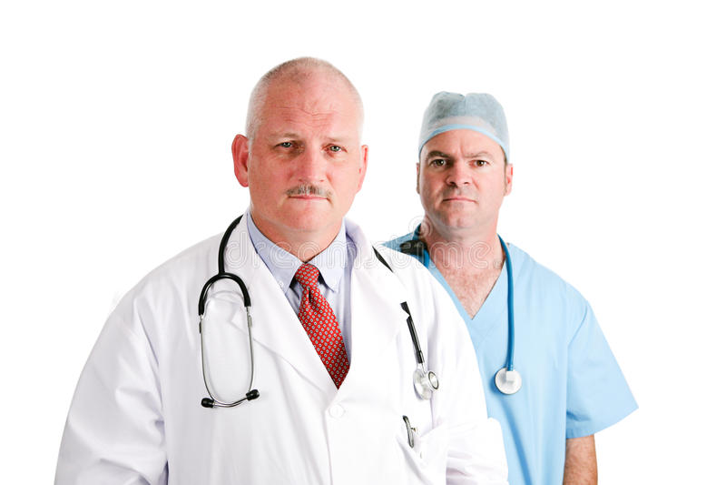 Mogna doktorn och den kirurgiska allmäntjänstgörande läkaren fotografering för bildbyråer