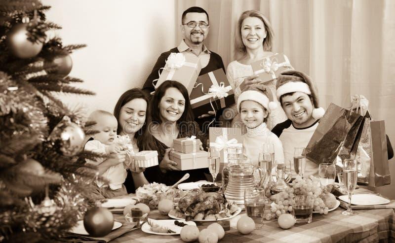 Mogna föräldrar med ungar som firar glad jul royaltyfri fotografi