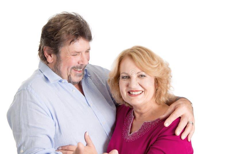 Mogna förälskade par - mannen och kvinnan som isoleras på den vita backgrouen arkivbilder
