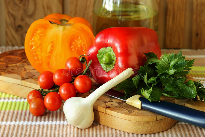 Mogna grönsaker på brädet arkivbilder