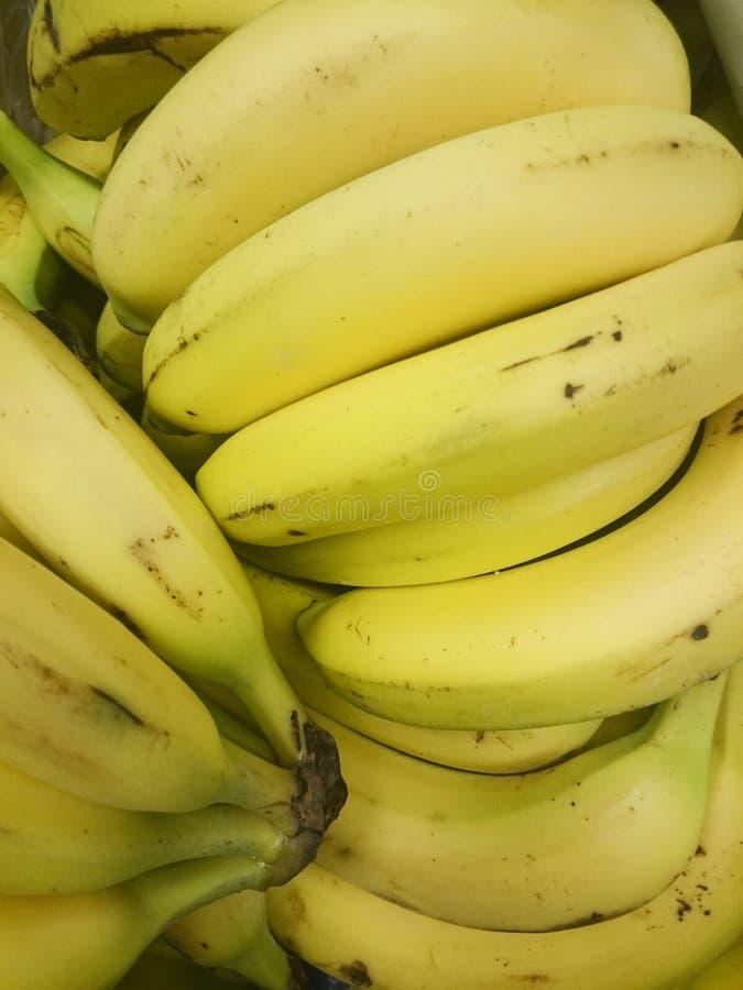 Mogna gula bananer ligger på den till salu skyltfönstret arkivfoto
