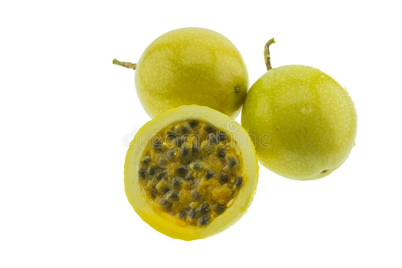 Mogna gula passionfrukter som isoleras på vit arkivbilder