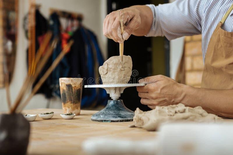 Mogna inspirerad keramikerkänsla, medan göra små krukor arkivfoto