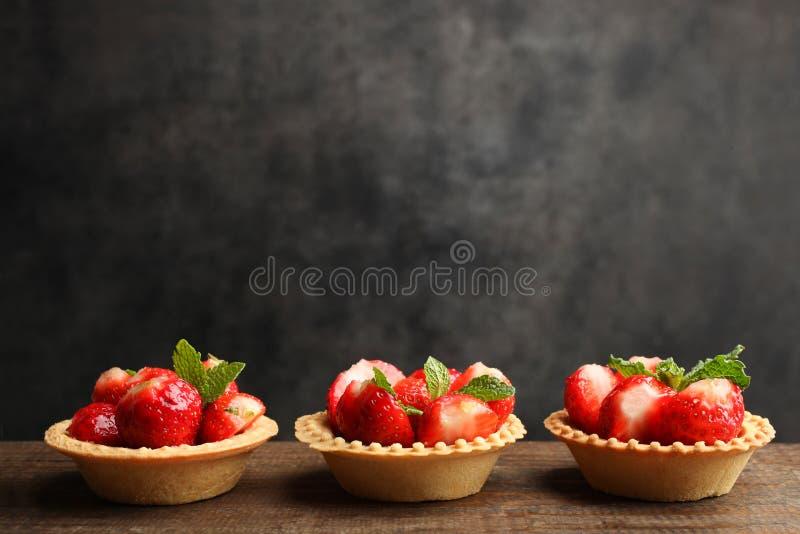 Mogna jordgubbar i tartlets royaltyfria foton