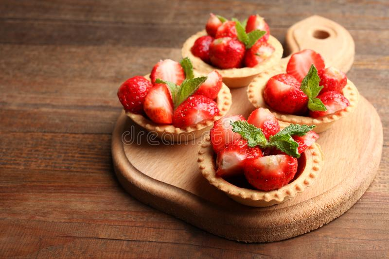 Mogna jordgubbar i tartlets royaltyfri fotografi