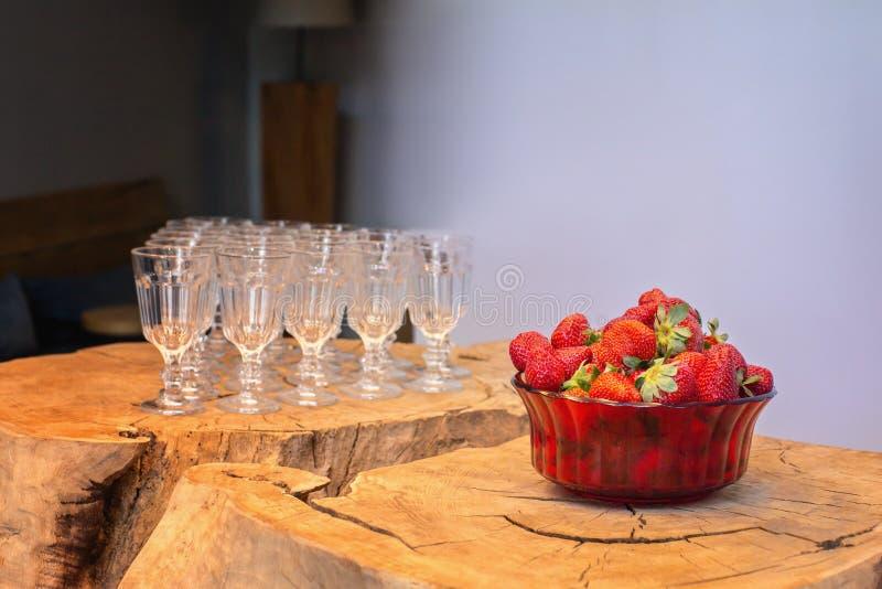 Mogna jordgubbar och exponeringsglas royaltyfria foton