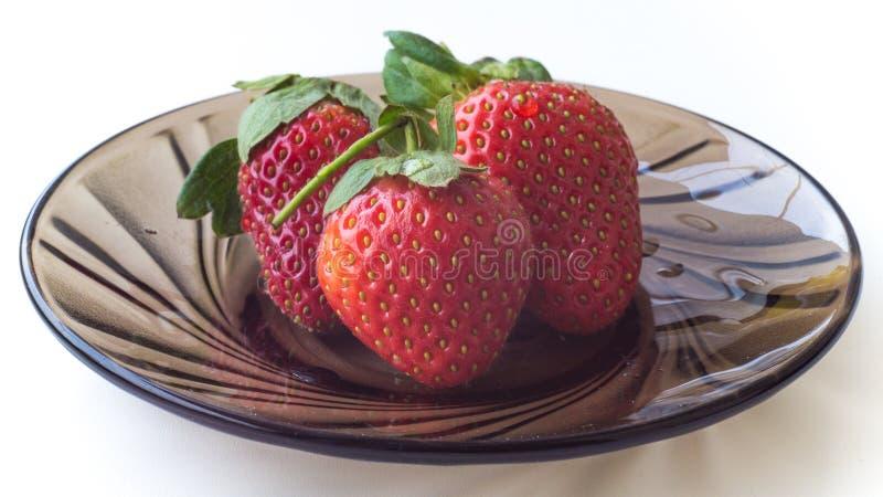 Mogna jordgubbar på en platta royaltyfri bild