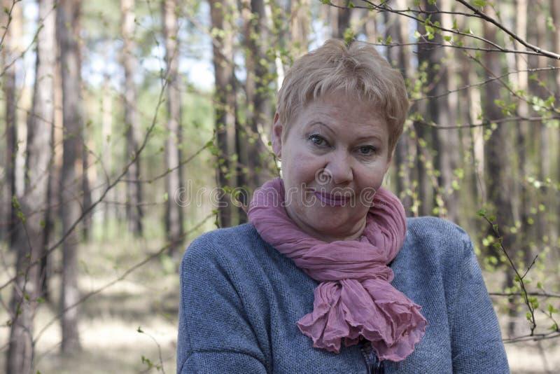 Mogna kvinnan i skogen fotografering för bildbyråer
