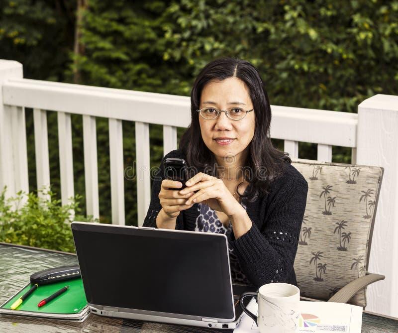 Mogna kvinnor som utanför fungerar det hemmastadda kontoret arkivfoto