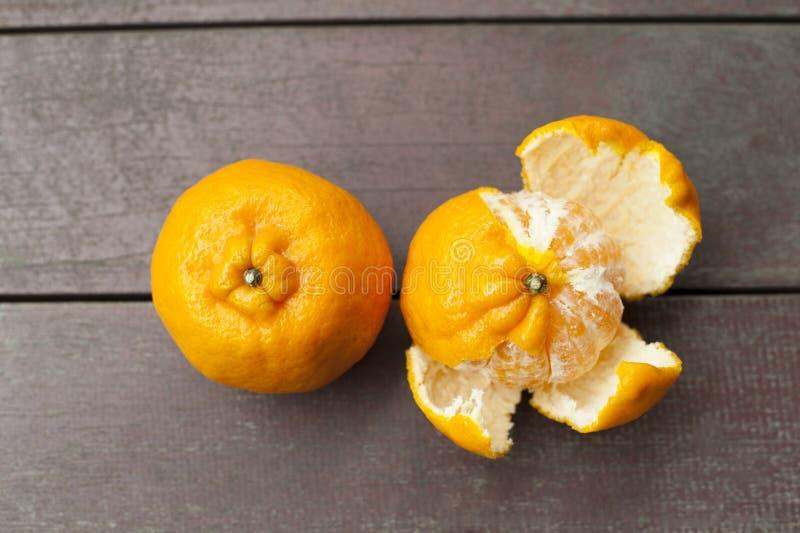 Mogna mandariner är klara för att smaka arkivbilder