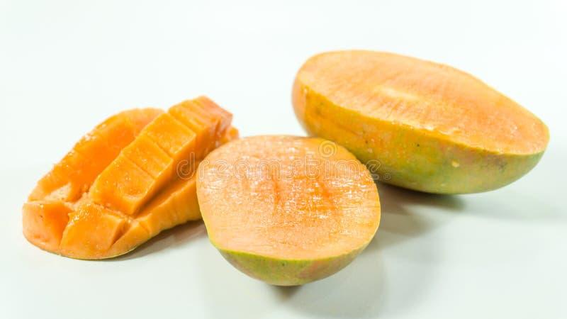 Mogna mango i vit bakgrund/skivade den läckra mango för att äta royaltyfri bild