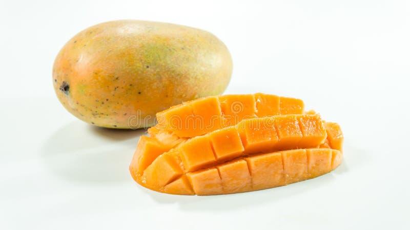 Mogna mango i vit bakgrund/skivade kuber fotografering för bildbyråer