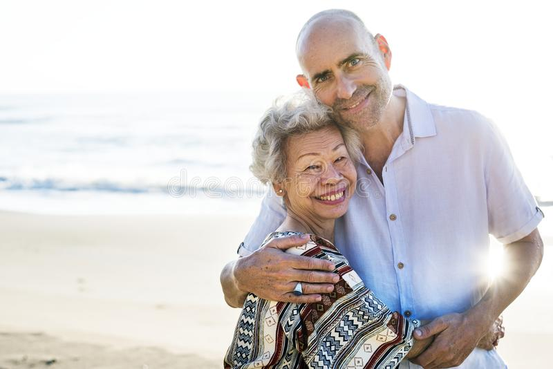 Mogna modern och sonen på stranden arkivbild