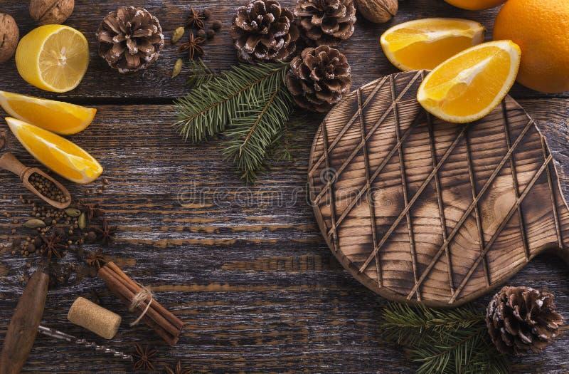 Mogna naturliga ingredienser för att förbereda hemlagat funderat vin på en träbakgrund Top beskådar kopiera avstånd arkivfoton