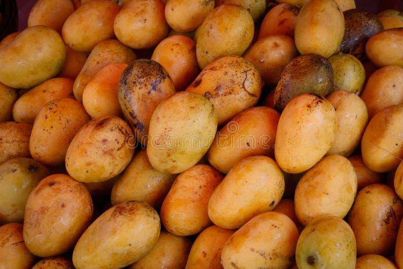 Mogna och saftiga gula mango är på marknaden royaltyfri fotografi