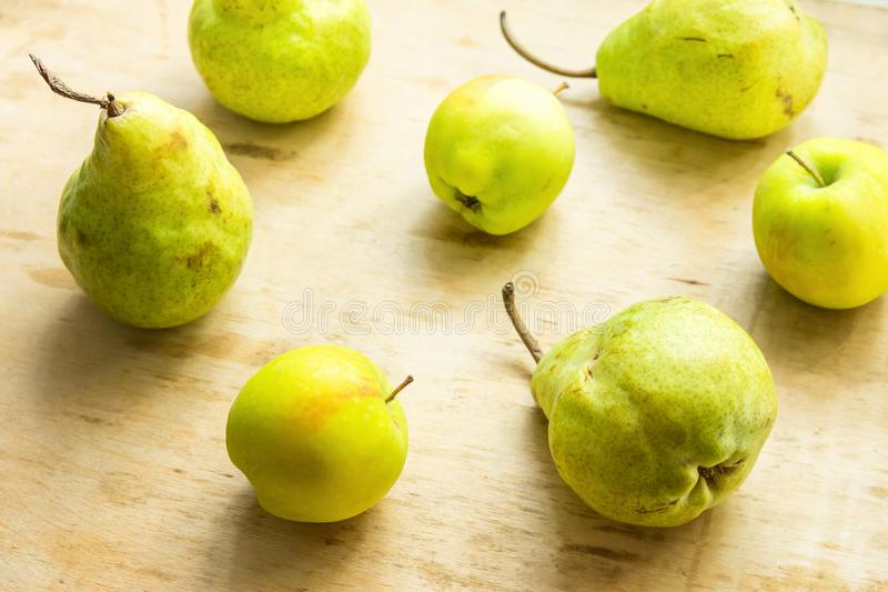 Mogna organiska päronäpplen för gul gräsplan spridde på riden ut wood bakgrund Slags tvåsittssoffa för höstnedgångskörd Lokal bio arkivfoto