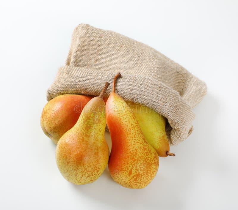 Mogna päron i säckvävsäck royaltyfria foton