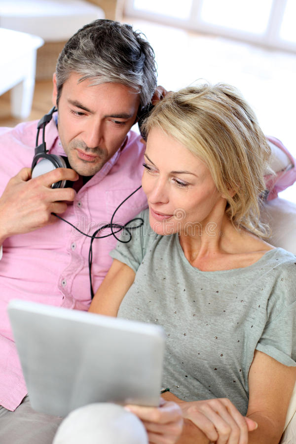 Mogna par genom att använda lyssnande musik för hörlurar arkivfoto