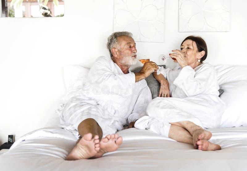 Mogna par i ett lyxigt hotellrum royaltyfri fotografi