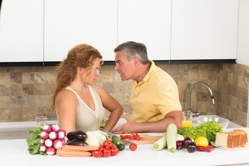 Mogna par i köket fotografering för bildbyråer
