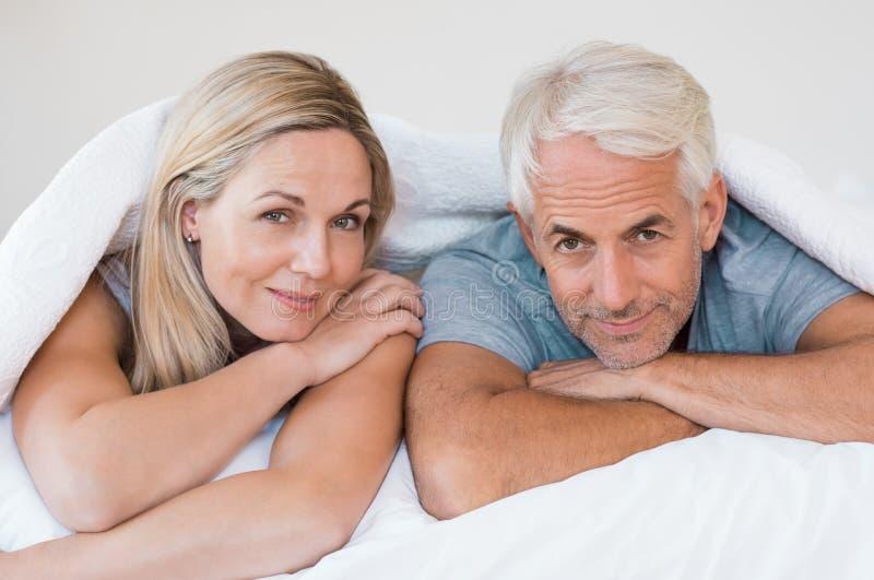 Mogna par i säng arkivbilder