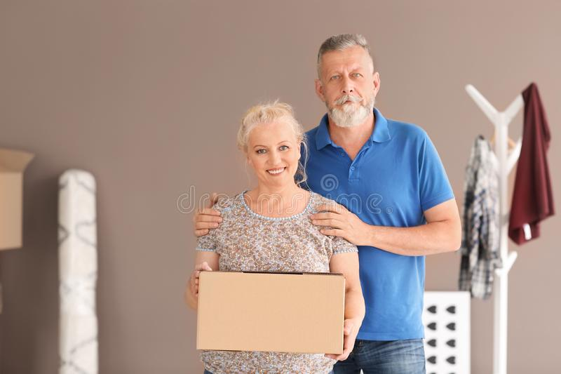Mogna par med den rörande asken på det nya hemmet royaltyfria bilder