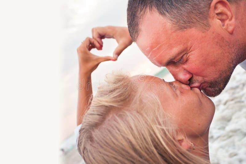 Mogna par med förälskelsetecknet royaltyfri foto