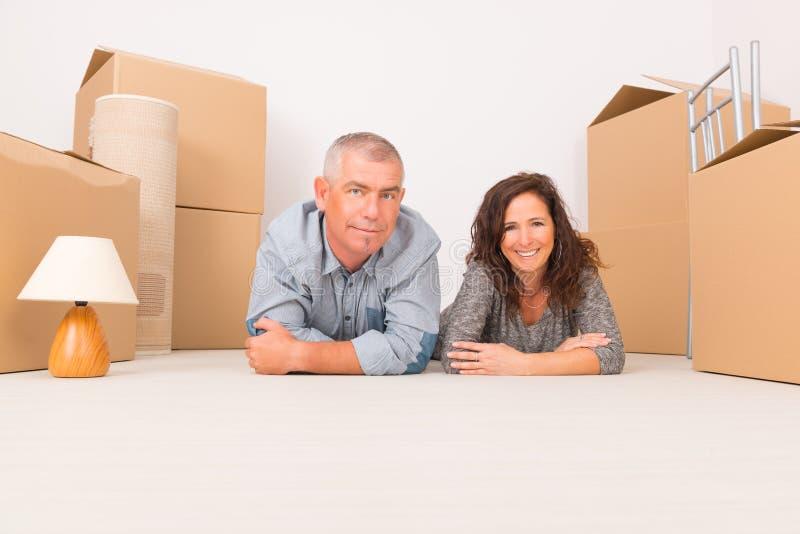 Mogna par på det nya hemmet royaltyfri fotografi