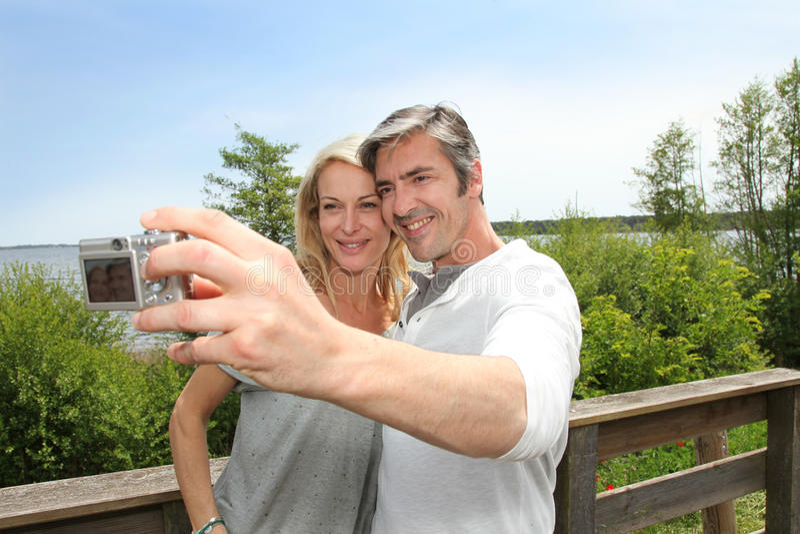 Mogna par på ferier som tar en selfie arkivfoto