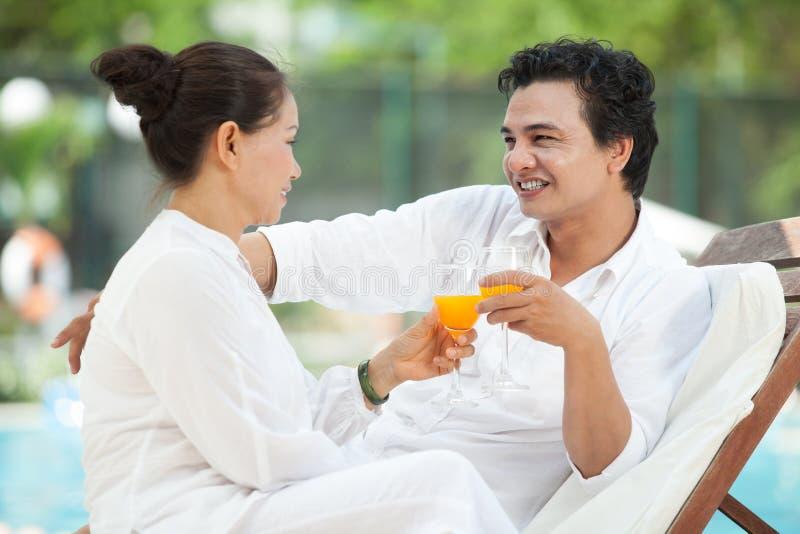 Mogna par på semester royaltyfria foton