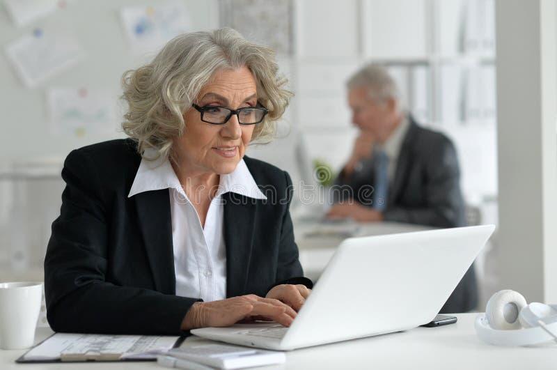Mogna par som arbetar på kontoret arkivbild