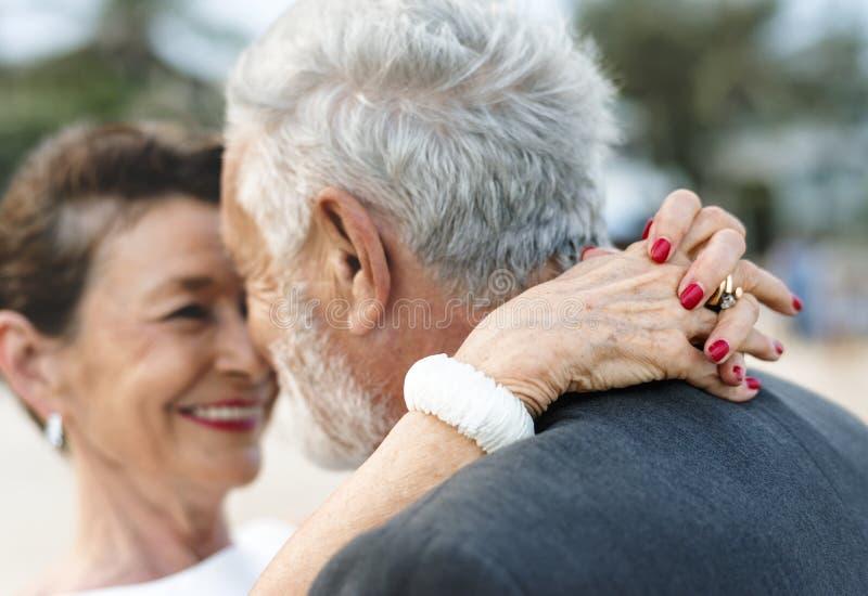 Mogna par som får att gifta sig på stranden arkivbild